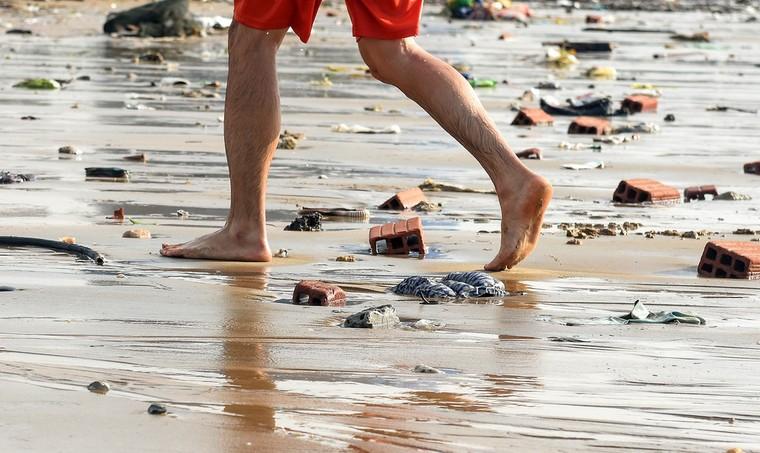 Bờ biển Quy Nhơn ngập rác sau bão số 5 ảnh 6