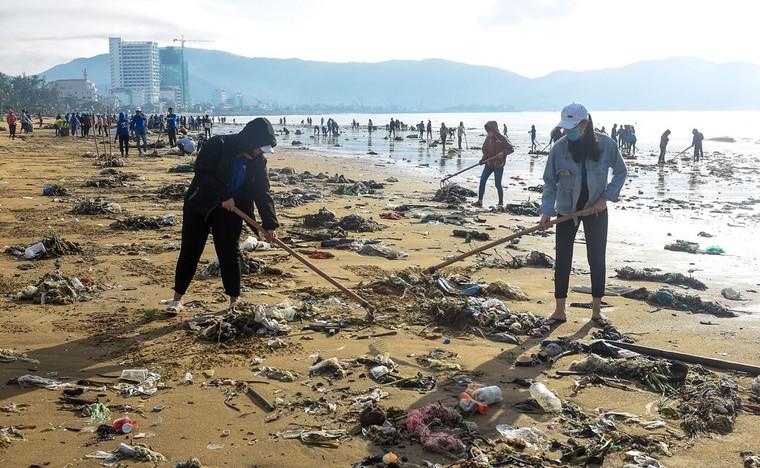 Bờ biển Quy Nhơn ngập rác sau bão số 5 ảnh 7