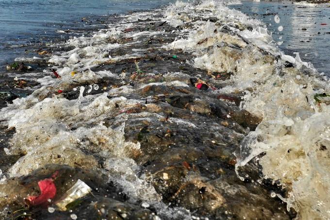Bờ biển Quy Nhơn ngập rác sau bão số 5 ảnh 2