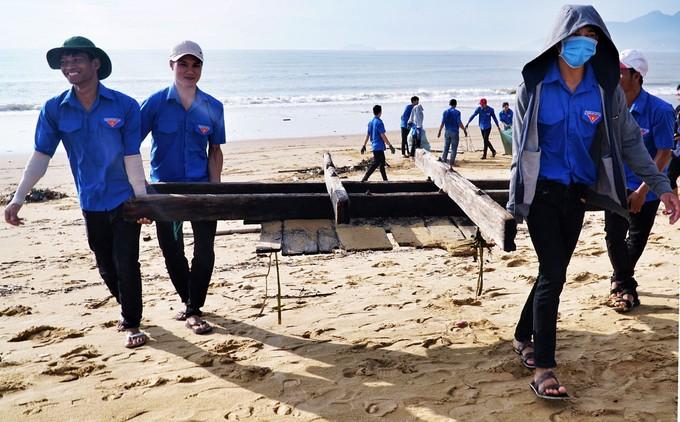 Bờ biển Quy Nhơn ngập rác sau bão số 5 ảnh 14