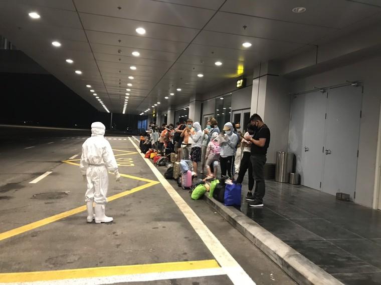 Đón thêm người Việt hồi hương, sân bay Vân Đồn thực hiện nghiêm ngặt quy định phòng dịch ảnh 3