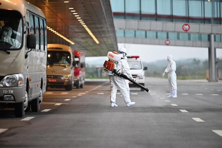 Đón chuyến bay giải cứu và những đóng góp thầm lặng của sân bay Vân Đồn ảnh 1