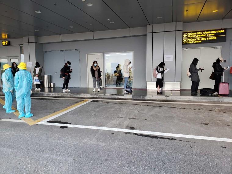 Chuyến bay chở 93 người Việt Nam từ Anh về nước hạ cánh tại sân bay Vân Đồn ảnh 1