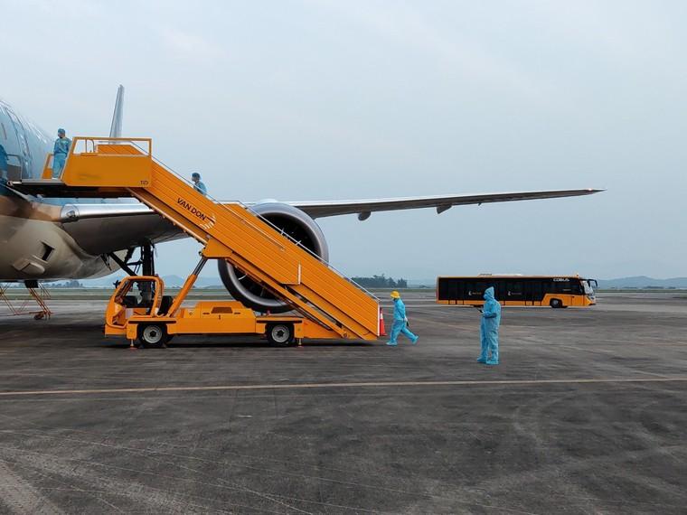 Chuyến bay chở 93 người Việt Nam từ Anh về nước hạ cánh tại sân bay Vân Đồn ảnh 2