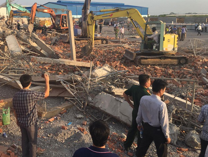 10 người chết, nhiều người bị chôn vùi do sập tường đang xây ở Đồng Nai ảnh 1