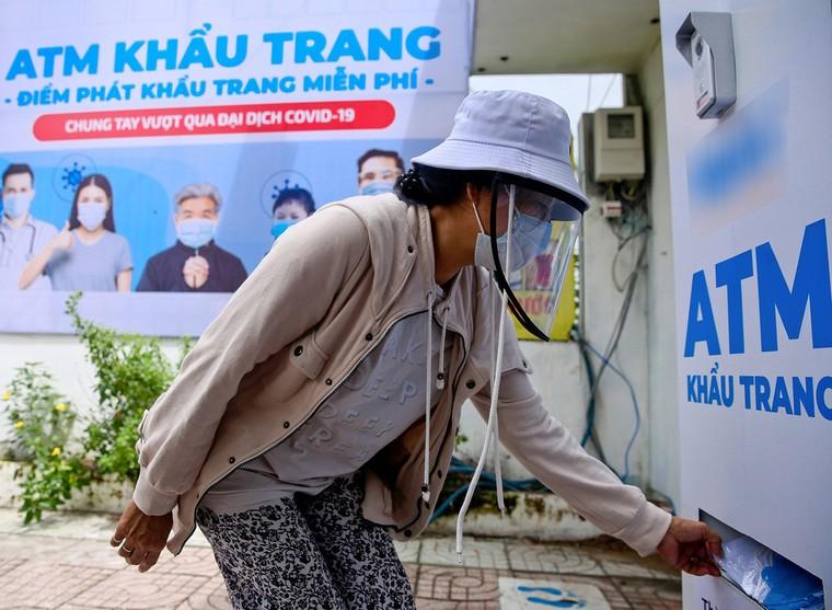 Sau 'ATM gạo', 'ATM khẩu trang miễn phí' xuất hiện tại TP.HCM ảnh 1