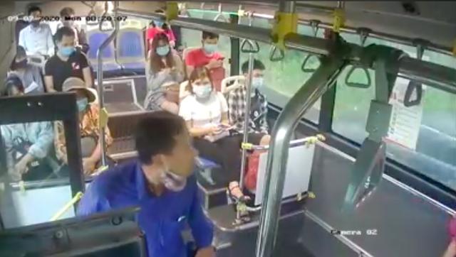Bị nhắc đeo khẩu trang, người đàn ông phun nước bọt vào phụ xe buýt ảnh 1