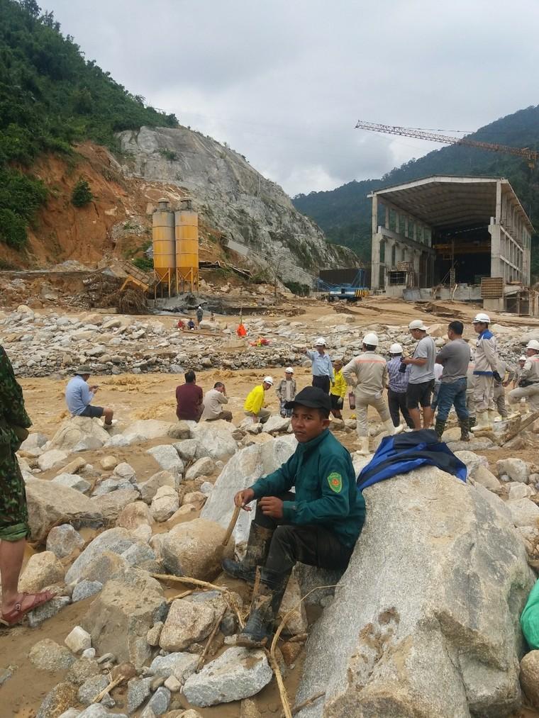 Hơn 200 công nhân thủy điện Đắk Mi được giải cứu an toàn ảnh 1