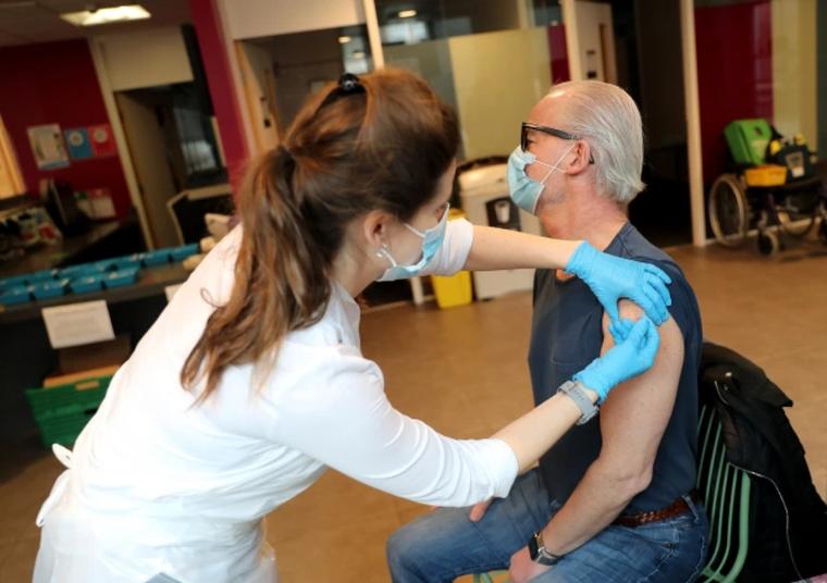 Sau các ca tử vong vì đông máu, Anh khẳng định vaccine COVID-19 của AstraZeneca an toàn ảnh 2