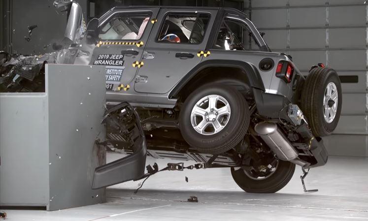 Jeep Wrangler mới bị lật trong bài thử nghiệm va chạm ảnh 2