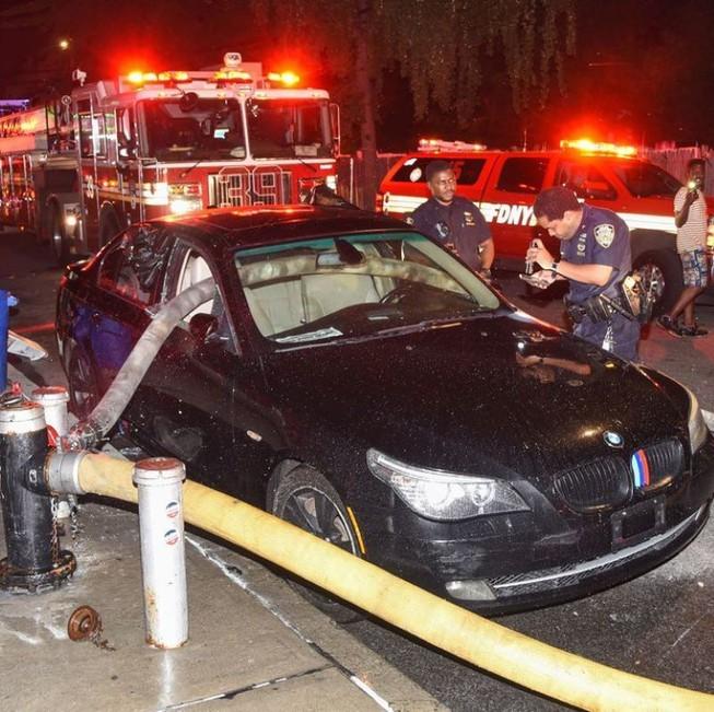 BMW bị đập vỡ cửa kính do đỗ chắn ngang cột nước cứu hoả ảnh 1