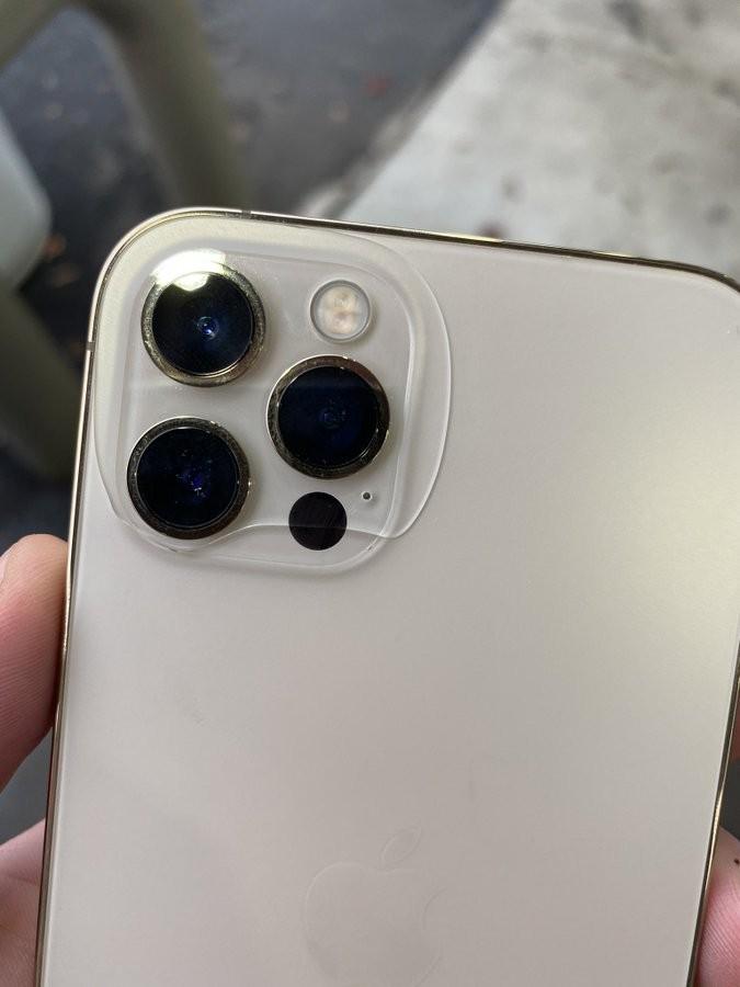 iPhone 12 trưng bày chưa được một tuần đã bị tróc sơn ảnh 3