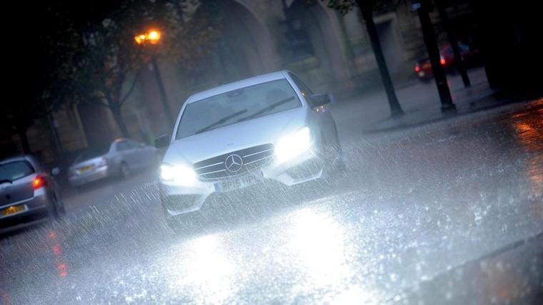 Những điều cần phải chú ý khi điều khiển ô tô trong mùa mưa ảnh 1
