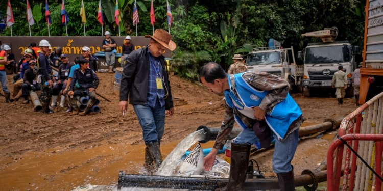 Lực lượng cứu hộ sẽ rút hết nước để đưa 13 thành viên đội bóng nhí Thái Lan ra ngoài ảnh 2