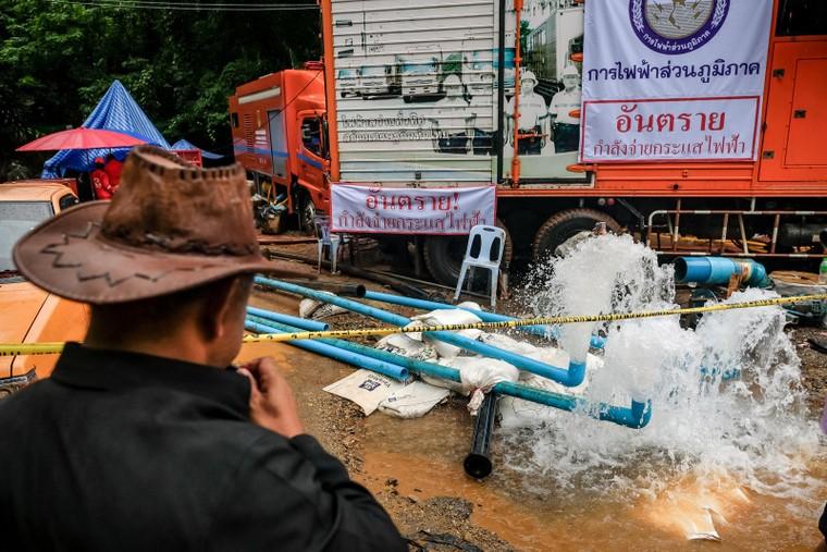 Lực lượng cứu hộ sẽ rút hết nước để đưa 13 thành viên đội bóng nhí Thái Lan ra ngoài ảnh 4