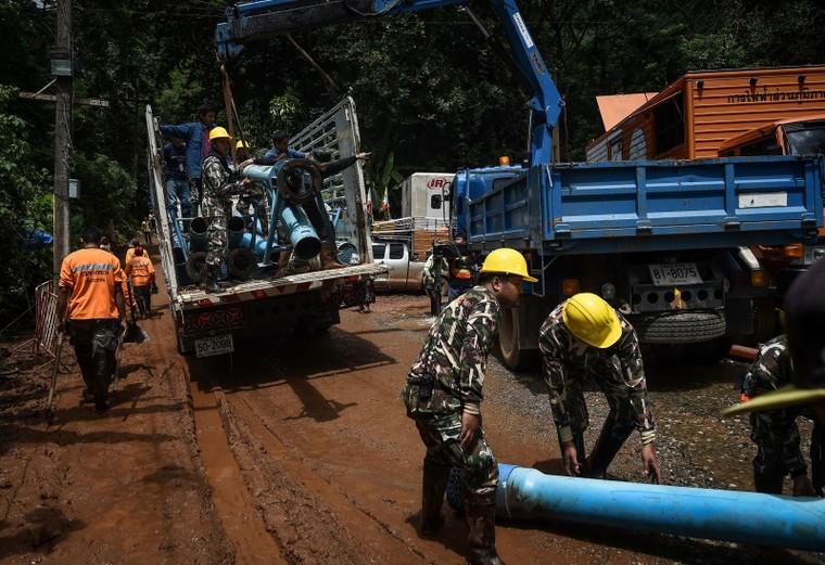 Lực lượng cứu hộ sẽ rút hết nước để đưa 13 thành viên đội bóng nhí Thái Lan ra ngoài ảnh 3