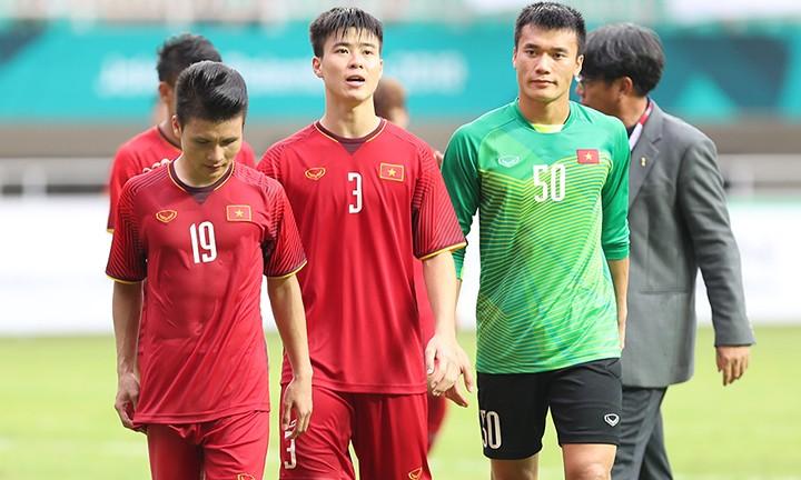 Quang Hải (số 19) và các đồng đội buồn bã sau khi Việt Nam thua ở loạt đá luân lưu trên sân Pakansari. Ảnh: Đức Đồng.