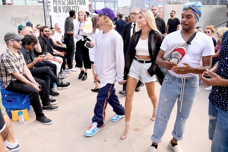 Justin Bieber hoc hac khi di xem thoi trang cung hon the hinh anh 1