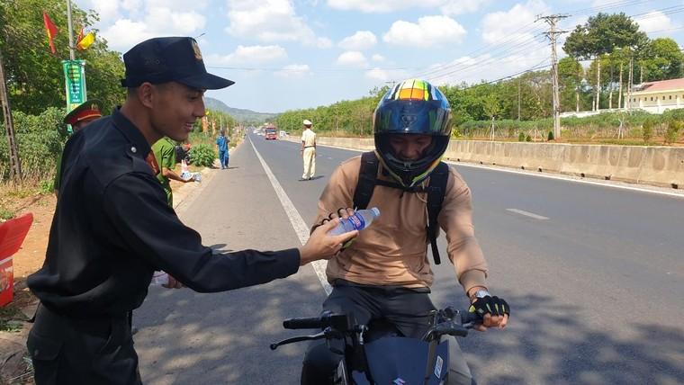 Đồng Nai: Công an Huyện Thống Nhất phát hơn 3000 chai nước cho người đi đường dịp Tết Nguyên Đán ảnh 4