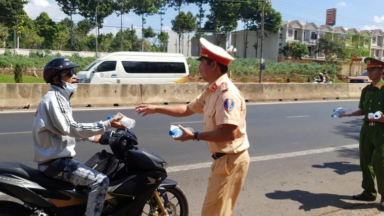 Đồng Nai: Công an Huyện Thống Nhất phát hơn 3000 chai nước cho người đi đường dịp Tết Nguyên Đán ảnh 1