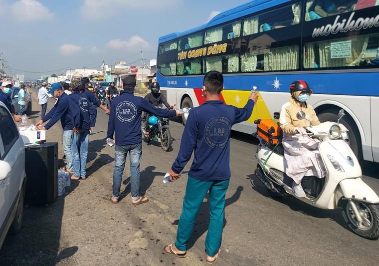 Đồng Nai: Công an Huyện Thống Nhất phát hơn 3000 chai nước cho người đi đường dịp Tết Nguyên Đán ảnh 3