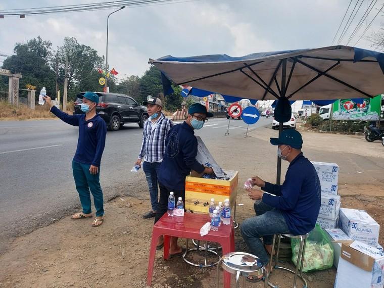 Đồng Nai: Công an Huyện Thống Nhất phát hơn 3000 chai nước cho người đi đường dịp Tết Nguyên Đán ảnh 2