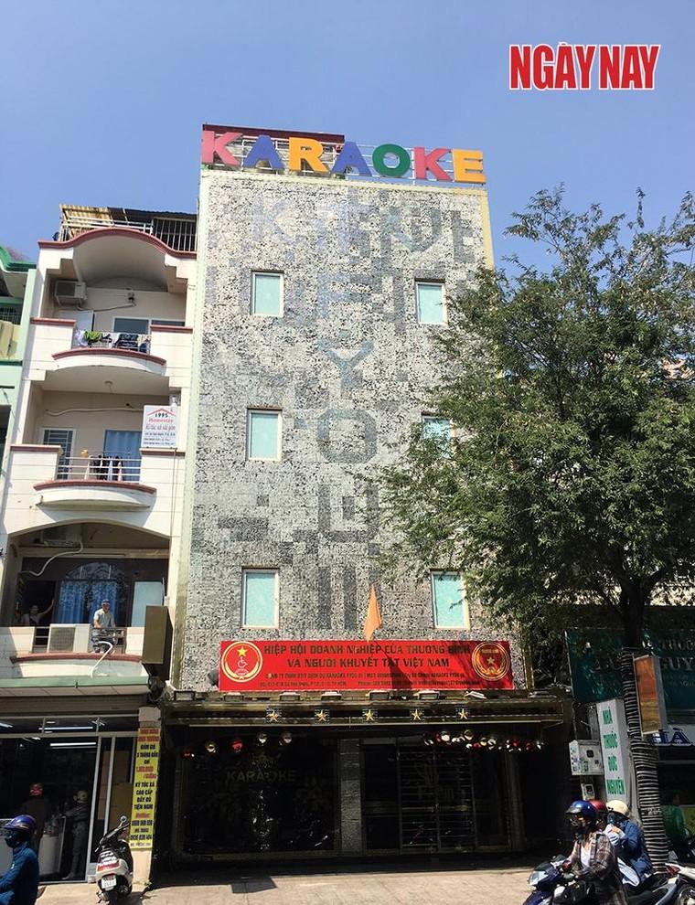Quận 10: Dòng chữ phản cảm trên quán Karaoke FYOU III gây bức xúc ảnh 1