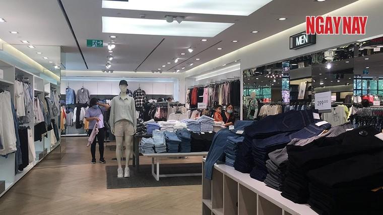 TP.HCM: Cửa hàng H&M đìu hiu trước làn sóng tẩy chay của người Việt ảnh 3