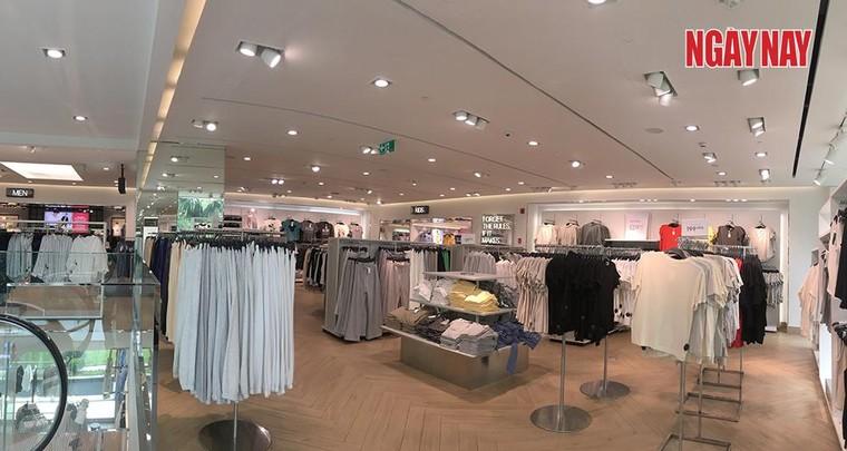 TP.HCM: Cửa hàng H&M đìu hiu trước làn sóng tẩy chay của người Việt ảnh 2