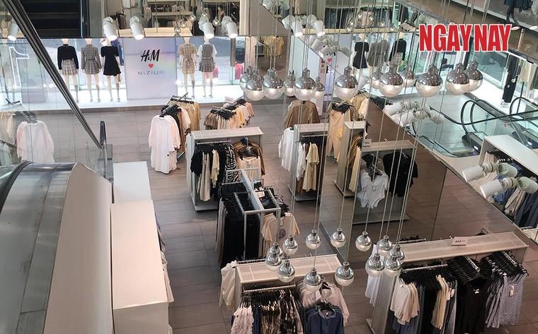 TP.HCM: Cửa hàng H&M đìu hiu trước làn sóng tẩy chay của người Việt ảnh 4