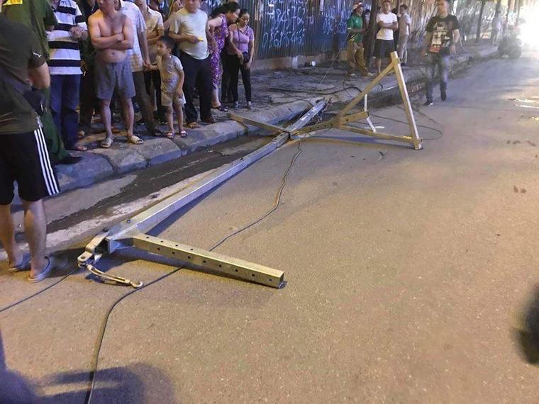 Thanh sắt rơi xuống đường Lê Văn Lương, một phụ nữ tử vong ảnh 2
