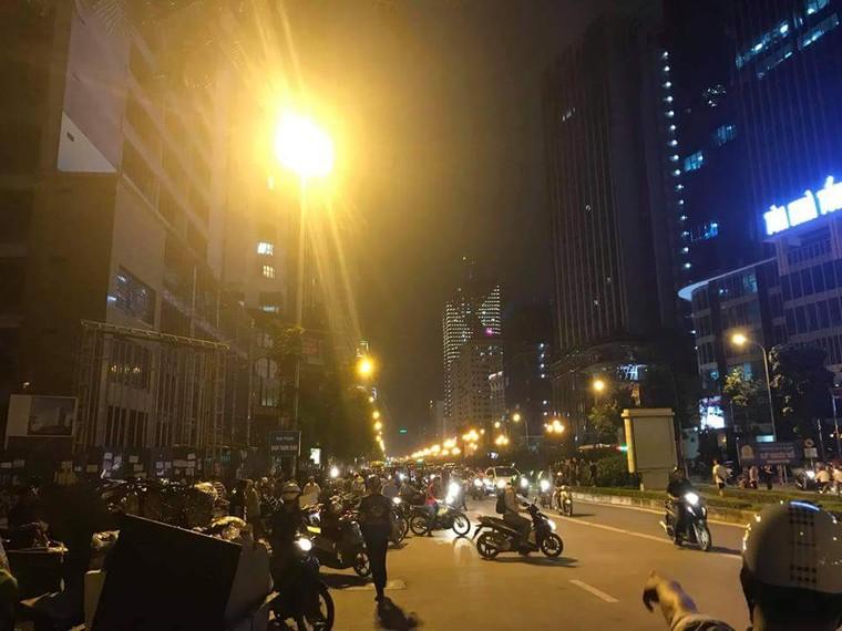 Thanh sắt rơi xuống đường Lê Văn Lương, một phụ nữ tử vong ảnh 4