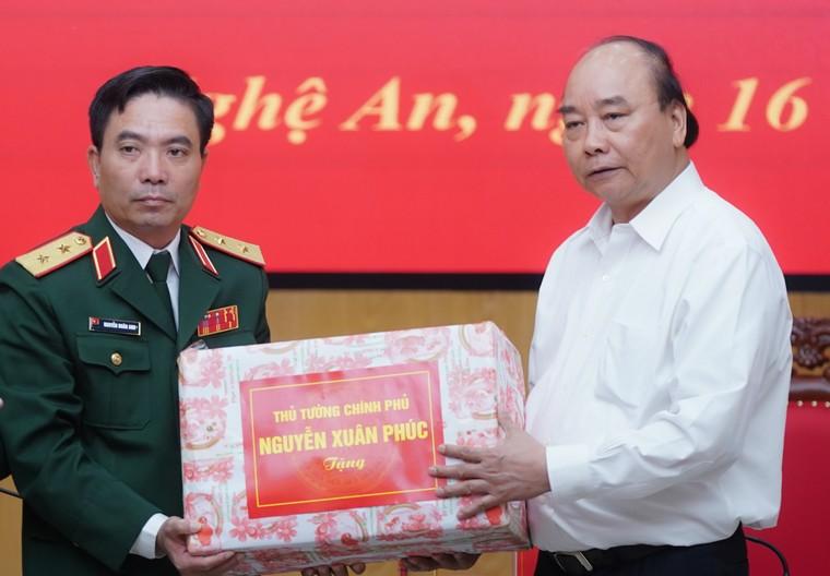 Thủ tướng Nguyễn Xuân Phúc: Đoàn công tác Quân khu 4 dũng cảm hy sinh để cứu dân ảnh 2