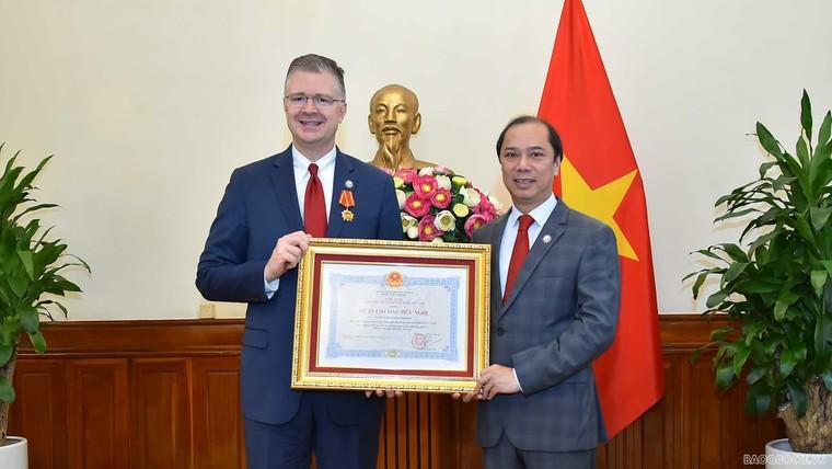 Đại sứ Hoa Kỳ Daniel Kritenbrink nhận Huân chương Hữu nghị ảnh 1