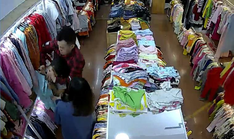 Tên cướp đi cùng cô gái đâm tới tấp nhân viên bán quần áo ảnh 2