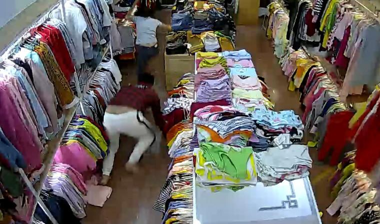 Tên cướp đi cùng cô gái đâm tới tấp nhân viên bán quần áo ảnh 3