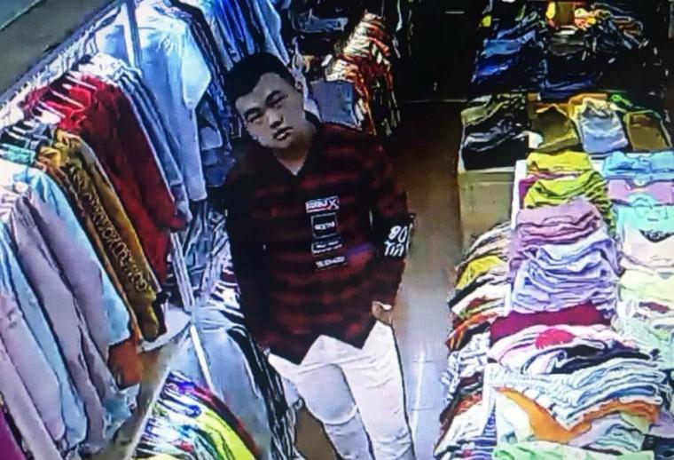 Tên cướp đi cùng cô gái đâm tới tấp nhân viên bán quần áo ảnh 4