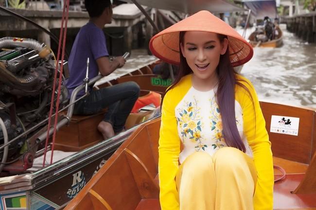 Phi Nhung duyên dáng với áo dài trên xuồng đi chợ nổi ở Thái Lan ảnh 1