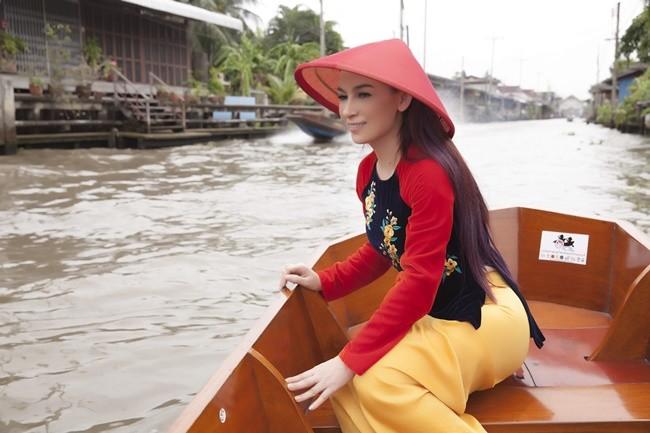 Phi Nhung duyên dáng với áo dài trên xuồng đi chợ nổi ở Thái Lan ảnh 2