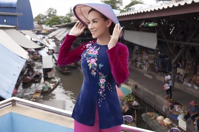 Phi Nhung duyên dáng với áo dài trên xuồng đi chợ nổi ở Thái Lan ảnh 3