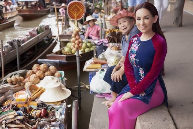 Phi Nhung duyên dáng với áo dài trên xuồng đi chợ nổi ở Thái Lan ảnh 4