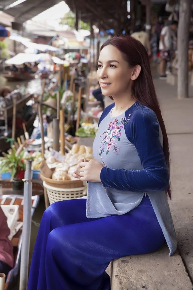 Phi Nhung duyên dáng với áo dài trên xuồng đi chợ nổi ở Thái Lan ảnh 5