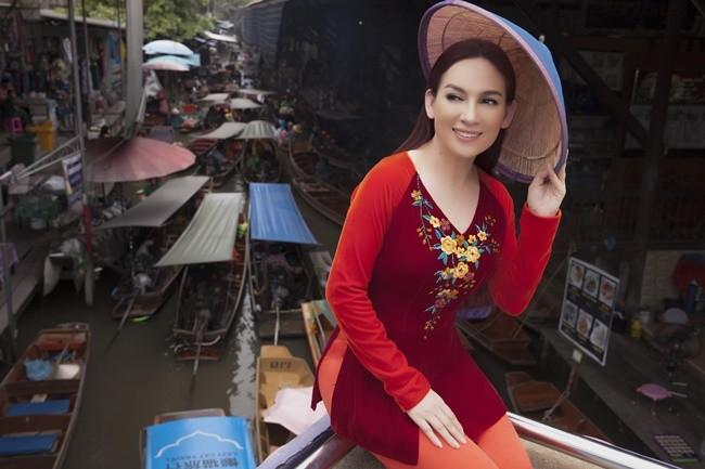 Phi Nhung duyên dáng với áo dài trên xuồng đi chợ nổi ở Thái Lan ảnh 6