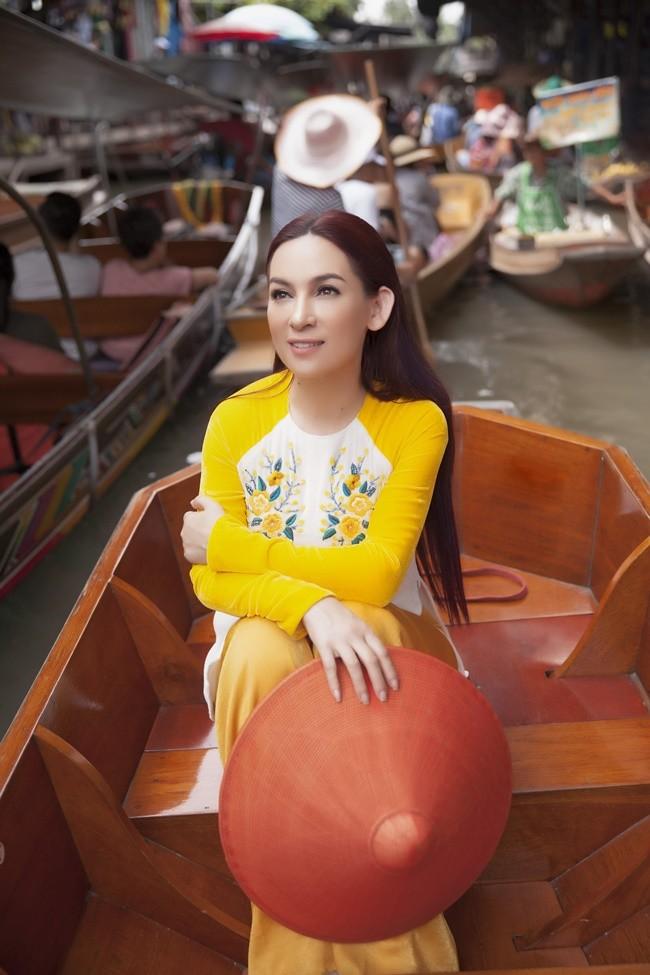 Phi Nhung duyên dáng với áo dài trên xuồng đi chợ nổi ở Thái Lan ảnh 7