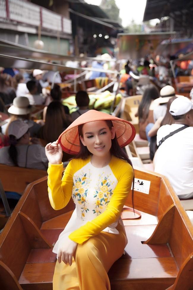 Phi Nhung duyên dáng với áo dài trên xuồng đi chợ nổi ở Thái Lan ảnh 8