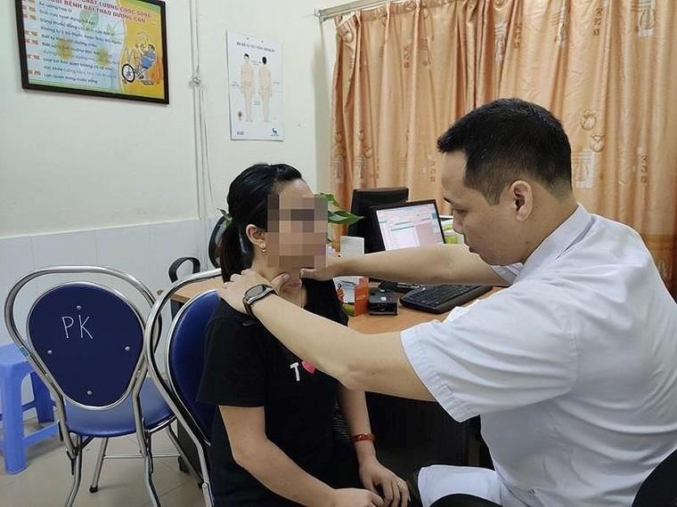 Cô gái lở loét vùng cổ vì chữa Basedow theo thầy lang ảnh 1