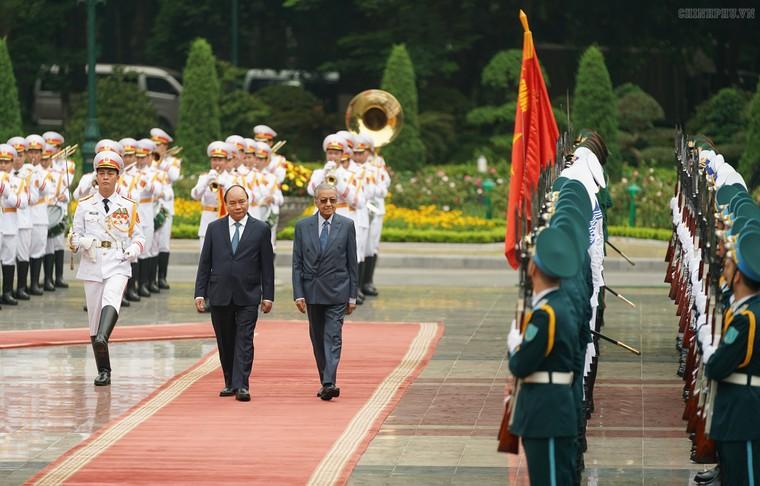 Thủ tướng Nguyễn Xuân Phúc đón, hội đàm với Thủ tướng Malaysia ảnh 1