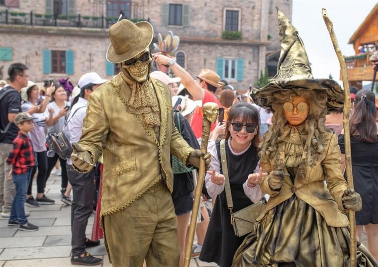 Happy Halloween, du khách Miền Trung Tây Nguyên tiếp tục hưởng mức giá ưu đãi khi tới Bà Nà Hills ảnh 12