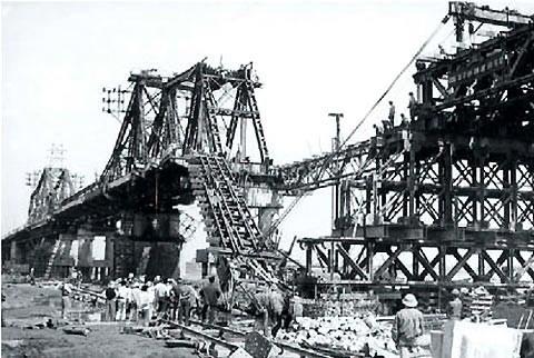 Cầu Long Biên bị ném bom bao nhiêu lần trong thời kỳ kháng chiến chống Mỹ?