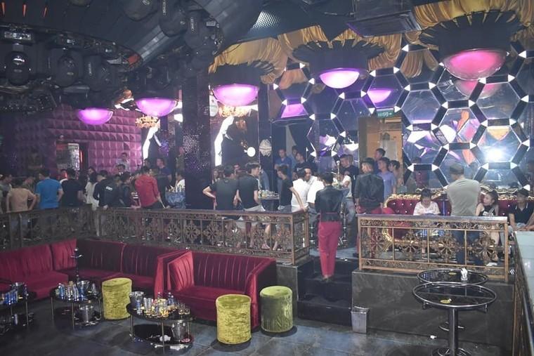 'Đột kích' quán bar, phát hiện hàng chục nam nữ dương tính với ma túy ảnh 1